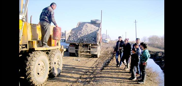 Community residents in Yukhary Aran in Beylagan are involved to the implementation of Inter-Community Road Rehabilitation project funded by Social Development Fund of IDPs